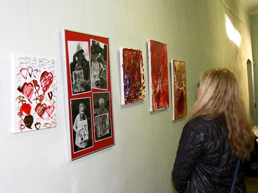 MÁM RÁDA. Tak se jmenuje výstava obrazů žen ze svitavského Domova na rozcestí. V Centru Bohuslava Martinů v Poličce bude k vidění až do konce roku.