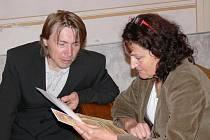 Řezbář z Městečka Trnávka Petr Steffan s ředitelkou svitavského muzea Blankou Čuhelovou.