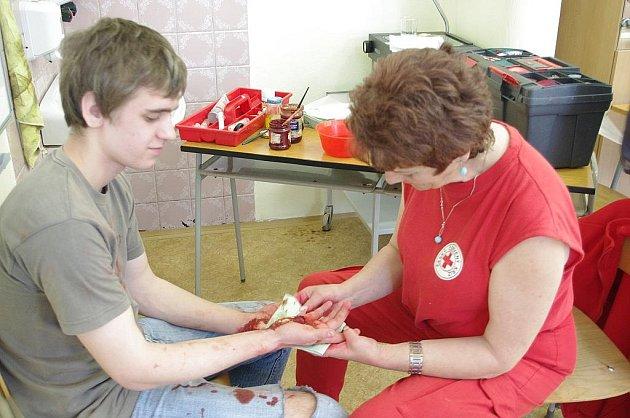 Soutěž studentů zdravotnické školy ve Svitavách ve zvládání první pomoci.Jitka Sýkorová (vpravo).