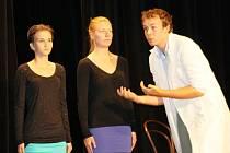 DOMA. Amatérské studentské divadlo ze Svitav si dnes v divadle Trám zopakuje Čapkovu hru R.U.R. Jako v minulém roce ji odehrají v esperantu, stejně jako letos v létě na Islandu.