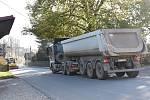 Stovky kamionů s hlínou projedou denně Budislaví.
