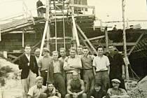 U MOSTU. Skupina dělníků na stavbě deskového mostu u Velkých Opatovic.