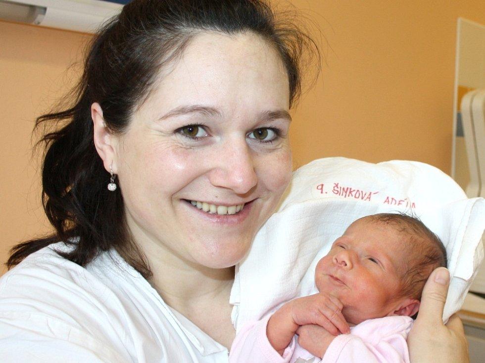 ADÉLA ŠIMKOVÁ. Rodina Marie a Ondřeje a dvacetiměsíční Terezky z Vendolí se od 8. března 14.56 hodin raduje z narození Adélky. Sestřičky svitavské porodnice jí navážily 2,57 kilogramu a naměřily půl metru.