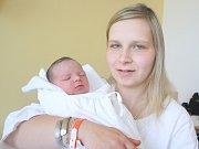 KAROLÍNA ŠMEDKOVÁ. Rodiče Alena a Dalibor z Křenova se od 24. dubna 10.33 hodin radují z narození dcery. Sestřičky ve Svitavské nemocnici jí navážily 3,08 kilogramu a navážily půl metru. Tatínek byl mamince u porodu oporou.