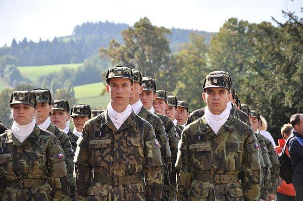 Studenti  prvních ročníků vpátek složili na zámku vMoravské Třebové slavnostní slib.   Předvedli, že už umí  ipochodovat.
