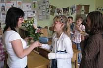 Předávání vysvědčení na základní škole v Širokém Dole.