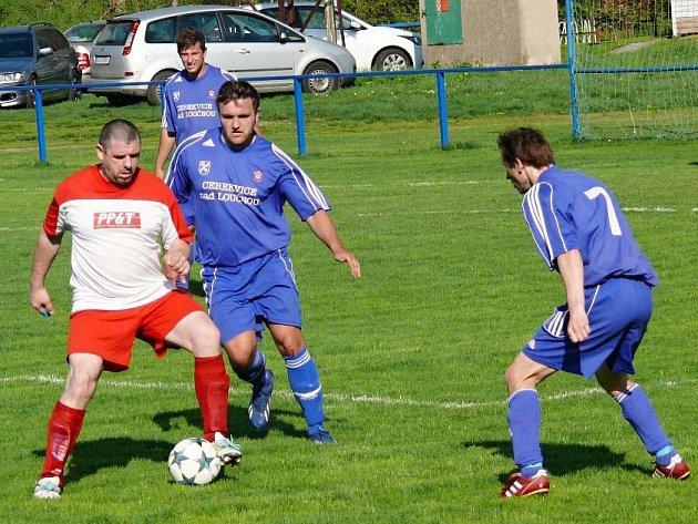Dvouciferným přídělem počastovali cerekvičtí fotbalisté (v modrém) soupeře z Křenova.