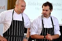ONDŘEJ SLANINA A FILIP SAJLER dnes předvedou své kuchařské umění na náměstí v Litomyšli.