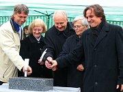 Slavnostního poklepu na základní kámen nového kostela v Litomyšli se zúčastnili v sobotu zástupci všech církví ve městě