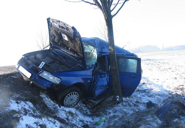 Nehoda u Vendolí na Svitavsku. Osmatřicetiletá řidička z Poličky se nevěnovala řízení a vyjela mimo silnici, kde narazila do stromu.