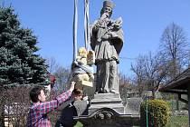 Jeřáb usadil na své místo sochu svatého Jana Nepomuckého.