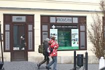 CUKRÁRNA, kam chodili turisté i obyvatelé Svitav, je minulostí. Přes výlohu se mohou dnes lidé dívat do prázdné místnosti, kde zákusky už nevoní...