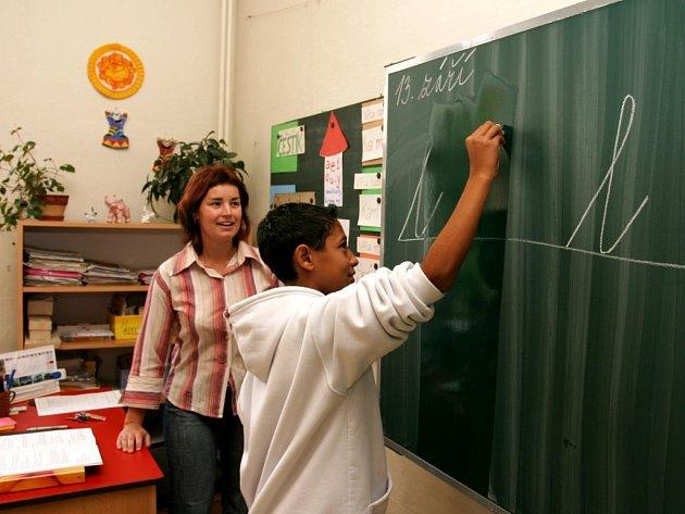 Žák speciální školy školy Pavel Šarközi při hodině psaní. Učitelé se za píli dočkají pouze malých platů.