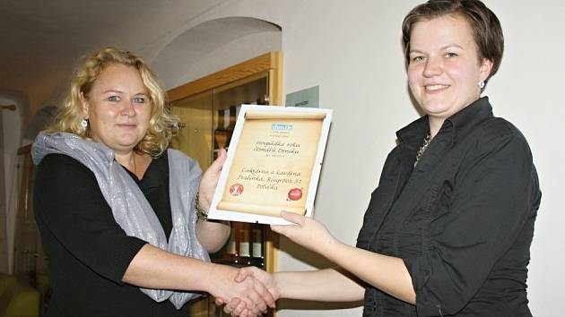 VÍTĚZKA. Provozovatelka cukrárny a kavárny Pralinka Veronika Maršálková (vpravo) přebírá certifikát Hospůdka roku 2014 z rukou inspektorky distribuce Svitavského deníku Lenky Müllerové.