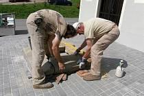 Restaurátoři připravují základy pro opravený kříž v Pohledech.