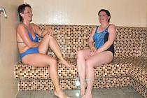 Účastníci soutěže Mládneme s Deníkem Martina, Milena a Ivo absolvovali  tento týden pobyt v páře.  Relaxaci si maximálně pochvalovali a užili si také ochlazovacího bazénku.