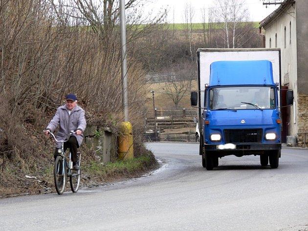 TISÍCE AUTOMOBILŮ projedou denně Opatovem u Svitav. Po třiceti letech jednání a volání se lidé ve vesnici konečně dočkají obchvatu. Ten kritickou situaci vyřeší.