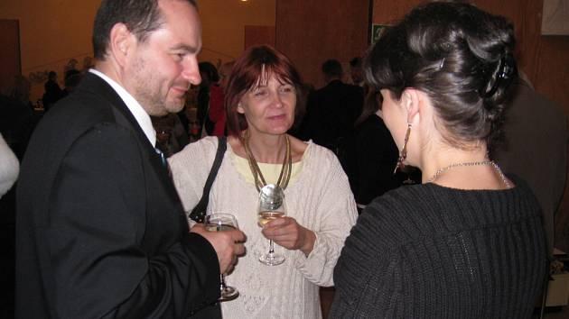 Režisérka Prodané nevěsty Magdalena Švecová a choreografka Ladislava KOšíková diskutují s ředitelem festivalu Janem Piknou