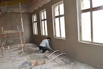 ŘEMESLNÍCI se v prostorách bývalého hotelu Slavia ve Svitavách nezastaví. Po dokončení venkovních prací se pustili do vnitřních stavebních úprav.