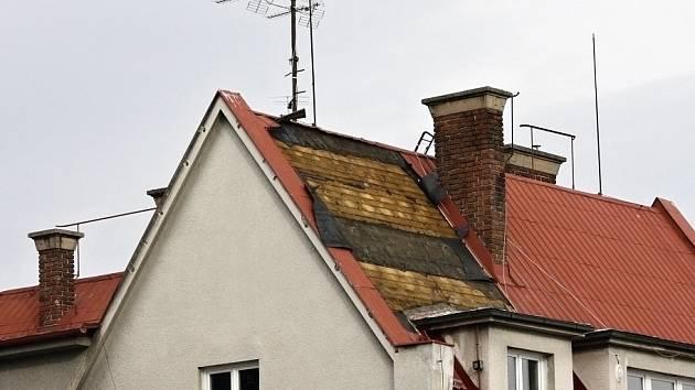 Střecha srolovaná větrem a pomačkaná jako kus papíru, nebo krytina shozená v zahradě domu. Tak dopadly některé domy v Litomyšli. Jiné měly namále, vítr jen sem tam odtrhl malé části krytiny.
