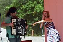 Colour Meeting v Poličce potěšil návštěvníky všech věkových kategorií. Šansony s půvabnou francouzštinou dovezla kapela Voila! Při bubnování se zabavily děti, ale i dospělí.
