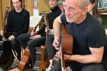 Frontman skupiny Čechomor František Černý navštívil v pondělí svitavské gymnázium.