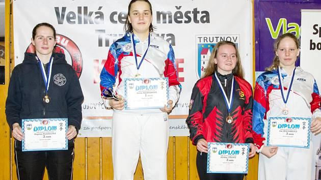 Stupně vítězů na Velké ceně Trutnova v kumite žen bez rozdílů hmotnosti a dvě úspěšné Litomyšlačky na nich. Na tom nejvyšším suverénní Anna Kašparová, zcela vpravo bronzová Iva Holomková.