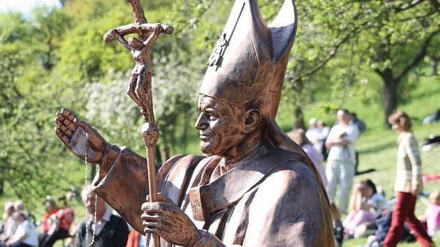 Jan Pavel II. je už navždy spojený s Koclířovem. Od soboty vítá jeho socha poutníky ve  Fatimě.