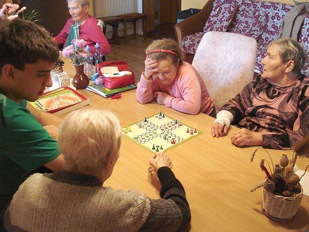 MLADÍ DOBROVOLNÍCI se v Litomyšli věnují seniorům, ale i zdravotně postiženým lidem. Pomáhají jim příjemně strávit jejich volný čas.