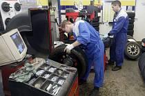 V AUTOSERVISECH mají ruce plné práce. Už v pátek by měla mít  všechna auta zimní obutí.