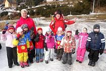 Lyžařský výcvik dětí z mateřské školky ve Ski-areálu v Čenkovicích.