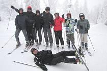 Zelenou uniformu vyměnili studenti vojenské školy z Moravské Třebové na pár dní za sportovní oblečení a užívají si na lyžařském výcviku.