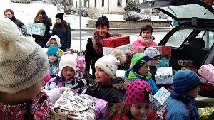 SEDM STOVEK balíčků z Osíku udělá chudším dětem radost o Vánocích.