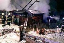 Oheň zničil roubenku v Kunčině.