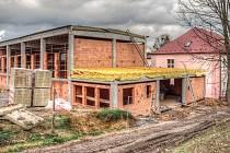 STAVBA TĚLOCVIČNY v Janově roste doslova jako houby po dešti. Zázemí pro sportovce bude hotové příští rok.