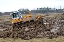 Ze dna retenční nádrže na jihu Moravské Třebové odtěží v příštích měsících dělníci s technikou víc jak dvacet tisíc kubíků naplavené hlíny.