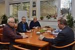 """Litomyšl – Jedinečné setkání se konalo v minulých dnech v Litomyšli na radnici. Porevoluční litomyšlští starostové se totiž ve čtvrtek a v pátek setkali s německým architektem a publicistou Florianem Aicherem. """"Téma jejich schůzky asi nikoho nepřekvapí. B"""