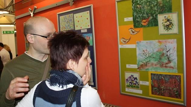 Proměny. Tak se jmenuje výstava seniorů a mentálně postižených lidí, která je nyní k vidění  ve svitavské Fabrice. Nad tím, co tito výtvarníci  dokáží, lidé žasnou. Výstava potrvá do 13. dubna.