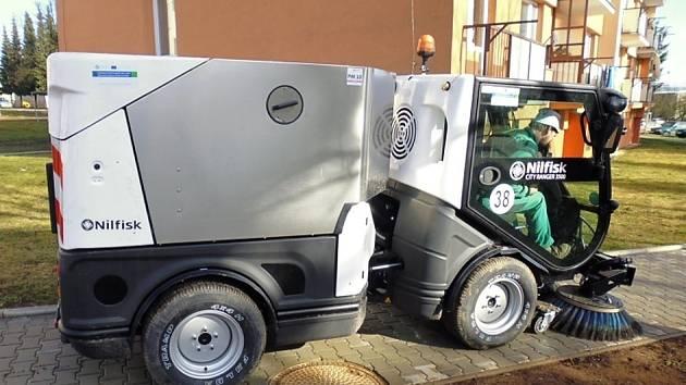 Nový zametací stroj, na který Jevíčko získalo evropskou dotaci, už brázdí ulice města. Pomůže snížit jejich prašnost.