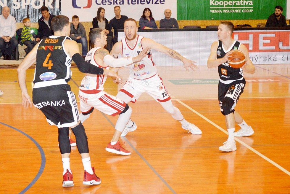 Dekstone Tuři Svitavy vs. ČEZ Basketball Nymburk (64:68).