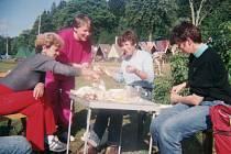 MOMENTKA je z táborové základny v Železné Rudě v roce 1993. Na snímku H. Kodytková, D. Kmošková, J. Neužilová a H. Rozlívková.