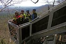 Vyhlídková plošina Nad doly. Je to unikátní technické dílo, které by návštěvníci  určitě neměli minout.  Plošina je zavěšená na pilotu nad skálou. A je z ní prý krásný výhled do krajiny.