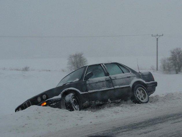 Mladý řidič BMW havaroval na silnici I/35 pod vlivem alkoholu.