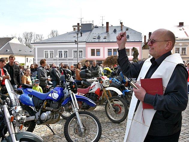 Farář Marian Sokol požehnal v Poličce sedmi stovkám motorkářů.