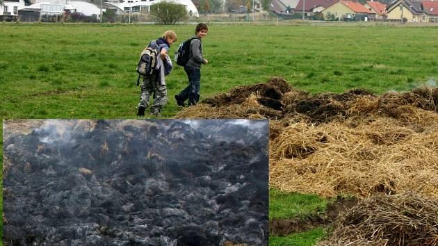 Spáleniště se stalo vyhledávaným místem zvědavých školáků. Hasiči se domnívají, že stoh zapálily právě děti. Vyšetřování žhářství pokračuje.