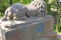 Sprejer popsal 200 let starou sochu u zámku v Litomyšli.