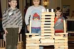 Dospělí se bavili vymýšlením slov. Dětský smích se nesl od stolů s hrou, kde hrají hlavní roli letadla.