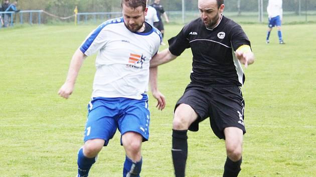 O oba zásahy domácích se postaral Martin Frňka (vlevo). Hlavně jeho druhý gól brzy po změně stran se divákům líbil.