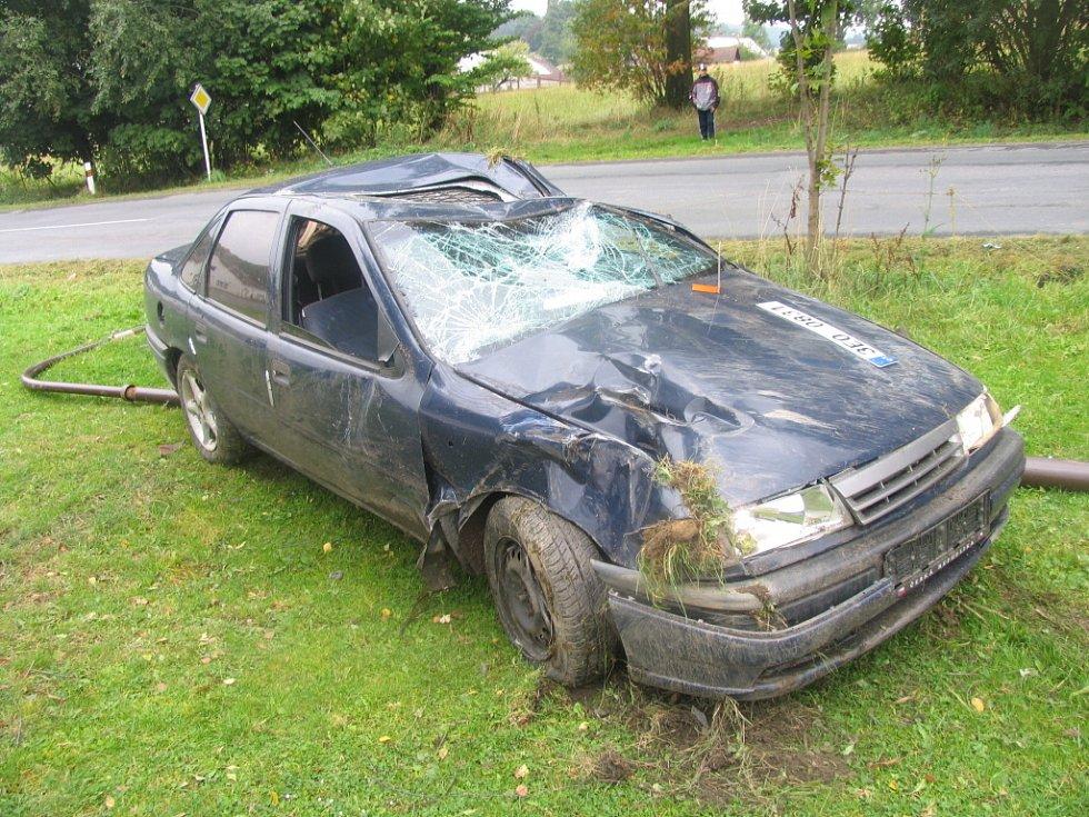 Nehoda v Korouhvi na Svitavsku. 27letý řidič z Telecího dostal na mokré vozovce smyk, narazil do sloupu veřejného osvětlení a převrátil se na střechu. Mladík nemá platný řidičský průkaz a řízení vozidel mu soud zakázal.