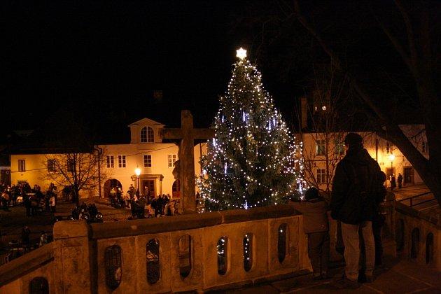 NA ŠANTOVĚ NÁMĚSTÍ se v neděli sešla snad celá Litomyšl. Všichni chtěli vidět, jak se rozsvítí vánoční strom.